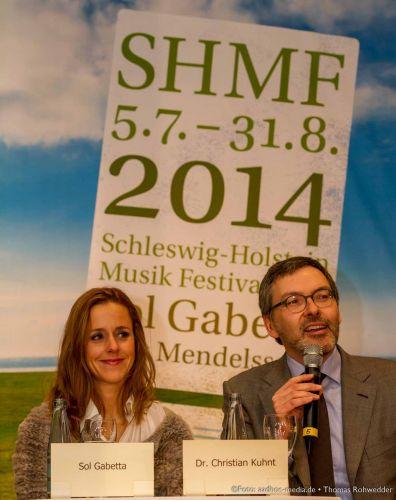 Sol Gabetta und Dr. Christian Kuhnt bei der SHMF Programm 2014 Pressekonferenz